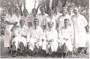 ウィーン小児クリニックの医師たち(右側の1列目はハンス・アスペルガー医師)