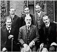 1909年フロイト医師_クラーク大学前での集合写真